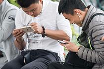 玩手机的四种姿势,你属于哪一种?